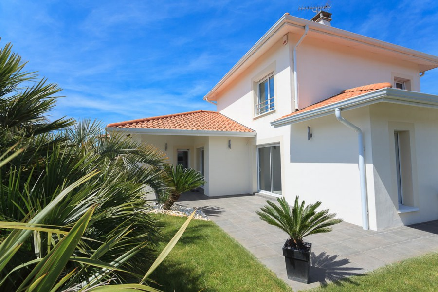 Maisons contemporaines pays basque landes constructeur for Constructeur maison basque